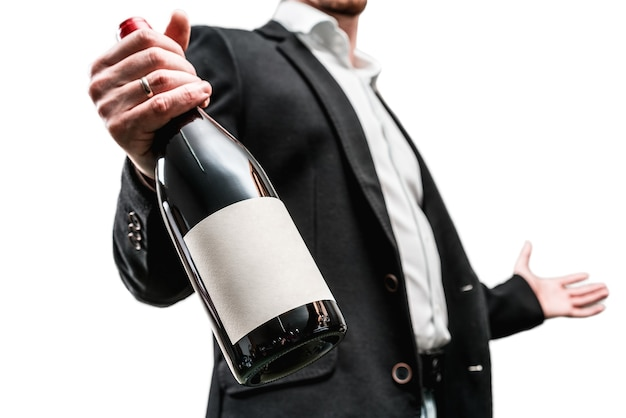Mãos com garrafa de vinho oferecem sommelier de garçom