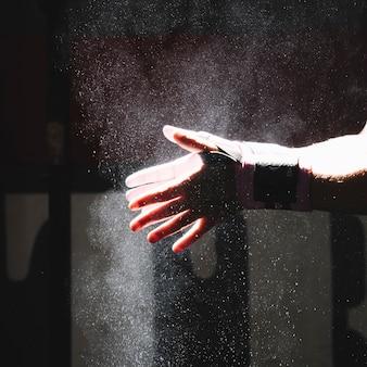 Mãos com magnésio na academia