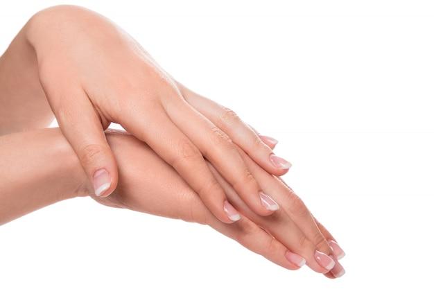 Mãos com manicure francesa