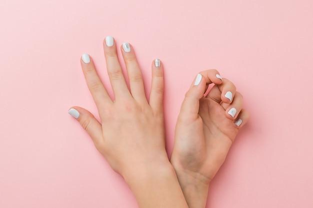 Mãos com maquiagem leve no estilo inverno. cuidado com as mãos.