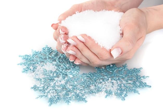 Mãos com neve e flocos de neve isolados no branco