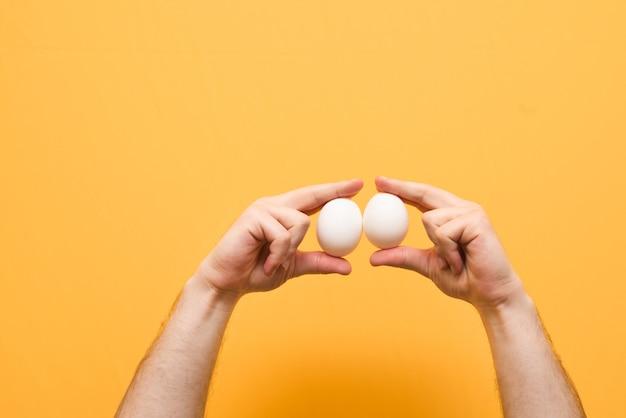 Mãos com ovos de galinha