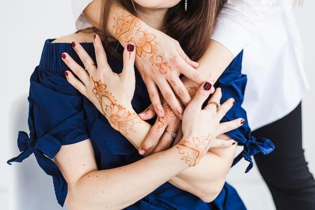 Mãos com padrão de hena, preparação do casamento, decoração do corpo de hena, tradição, desenvolvimento espiritual de ioga