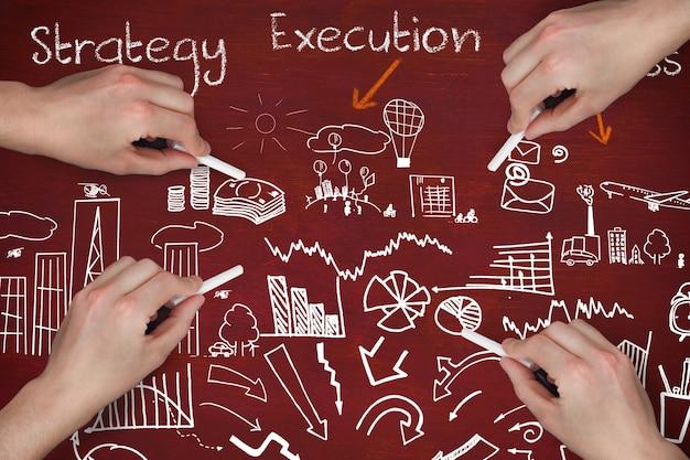 Mãos com peças de estratégia de negócios planejamento giz