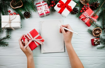 Mãos, com, sketchbook, perto, natal, ramo
