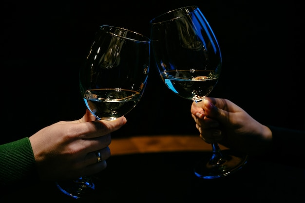 Mãos com taças de champanhe. casal de família fechar-se.