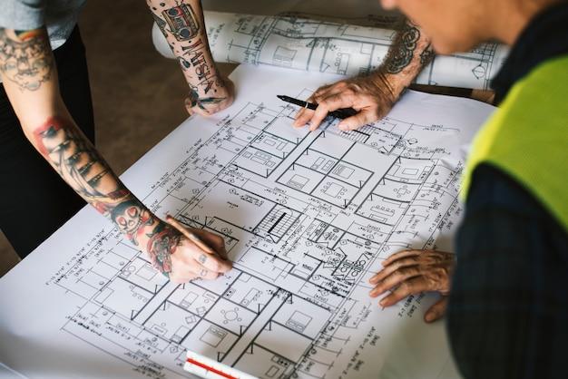 Mãos, com, tatuagem, planando, ligado, um, blueprint