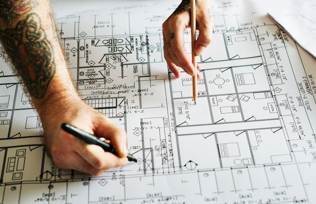 Mãos, com, tatuagem, trabalhar, um, blueprint