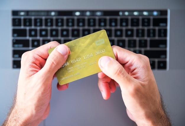 Mãos, com, um, cartão crédito, e, um, laptop