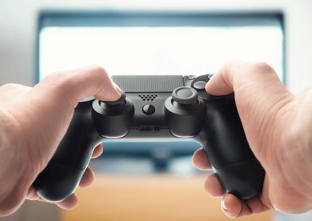 Mãos com um gamepad (visão em primeira pessoa)