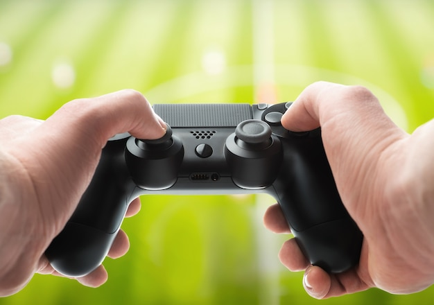 Mãos com um gamepad
