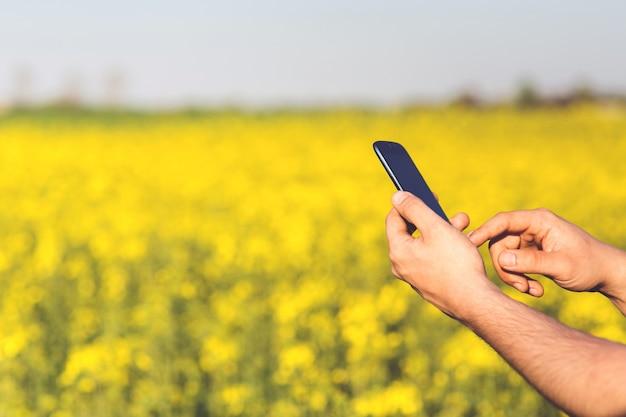 Mãos com um telefone móvel