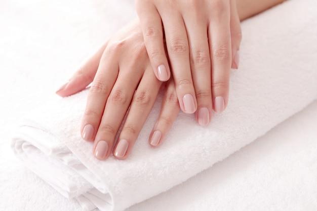 Mãos com unhas bonitas. conceito de aliciamento e manicure