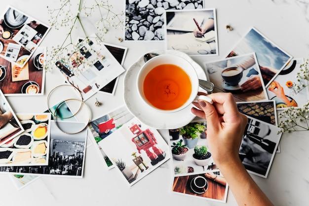 Mãos, com, xícara chá, e, fotografia