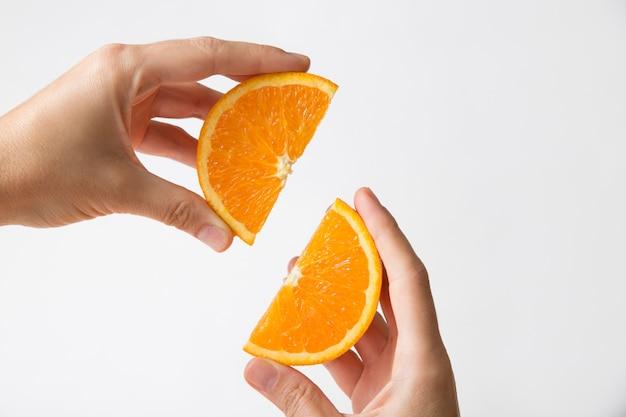 Mãos conectando seções cortadas em laranja