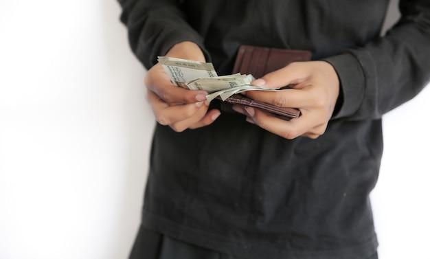 Mãos contando contas de rúpias indianas, mão segurando a nota de banco.