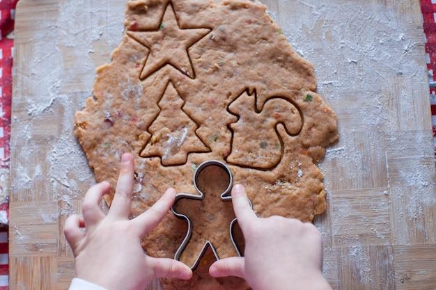Mãos criança, fazer, de, massa, gingerbread, homem