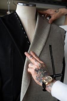 Mãos criando roupas de perto