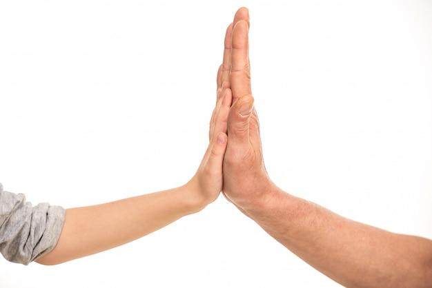 Mãos da criança nas mãos do pai.