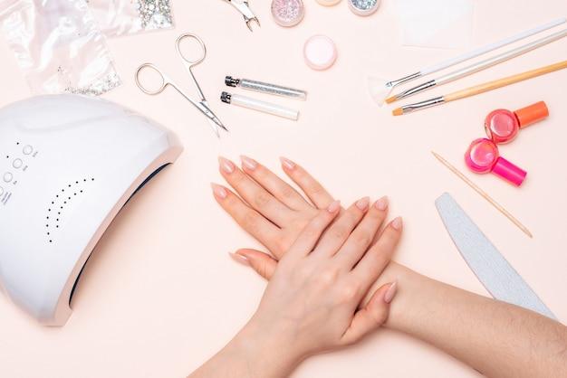 Mãos da menina de acessórios de manicure. fechar-se Foto Premium