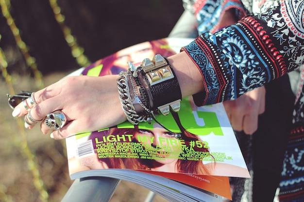 Mãos da mulher com anéis e pulseiras