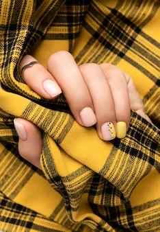 Mãos da mulher com design de unhas primavera verão. manicure feminina na moda elegante em estilo minimalista. modelo de salão de beleza
