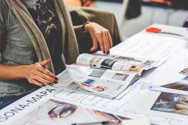 Mãos da mulher com uma revista
