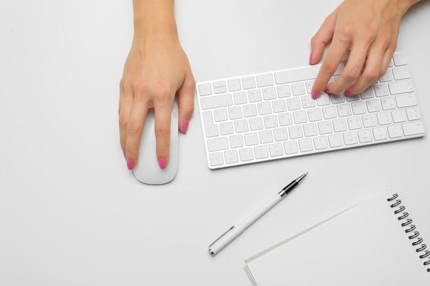 Mãos da mulher em um teclado