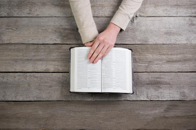 Mãos da mulher na bíblia