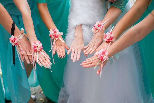 Mãos da noiva e damas de honra