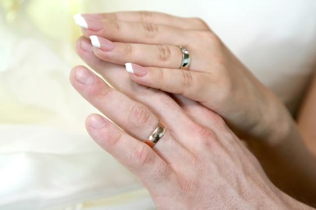 Mãos da noiva e do noivo juntos. amor e relações familiares