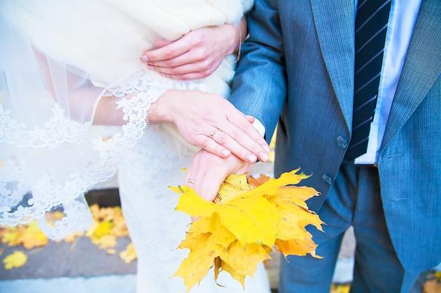 Mãos da noiva e do noivo mostram anel