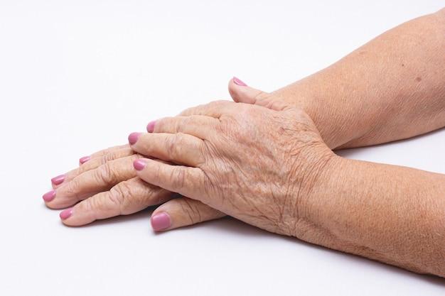 Mãos da velha manicure