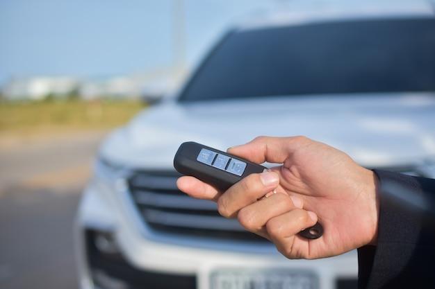 Mãos dando carro chave para carro de venda na estrada