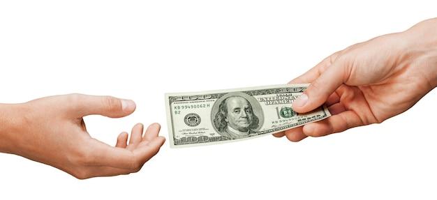 Mãos dando dinheiro