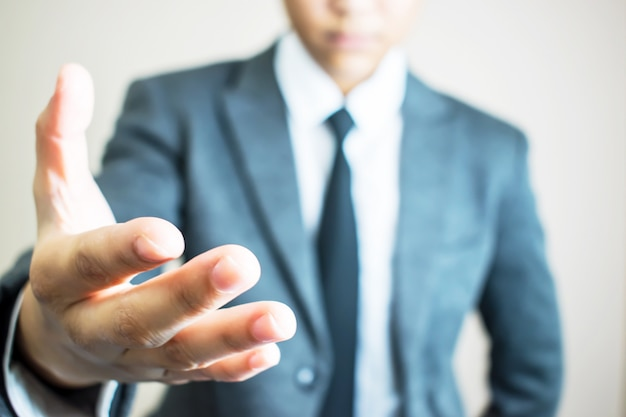 Mãos das mãos eretas do homem de negócios que trabalham junto.