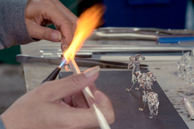 Mãos, de, a, artesanato, homem, fazer, capim animal
