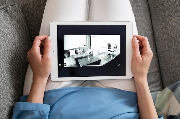 Mãos de alto ângulo segurando um tablet
