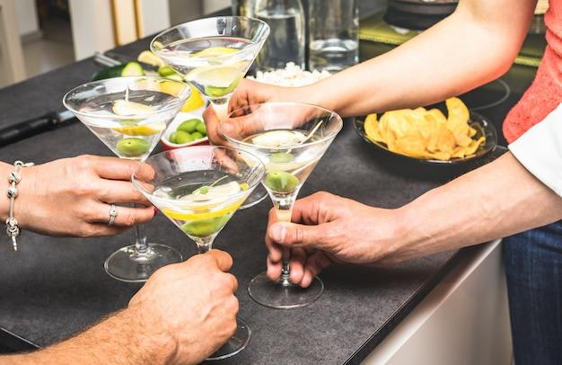 Mãos, de, amigos, tendo divertimento, em, casa, partido, com, aperitivo, bebendo, martini, coquetéis