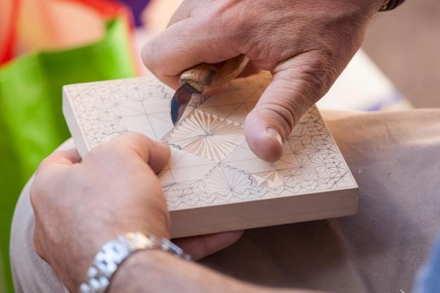 Mãos, de, artesão, enquanto, esculpindo, a, madeira