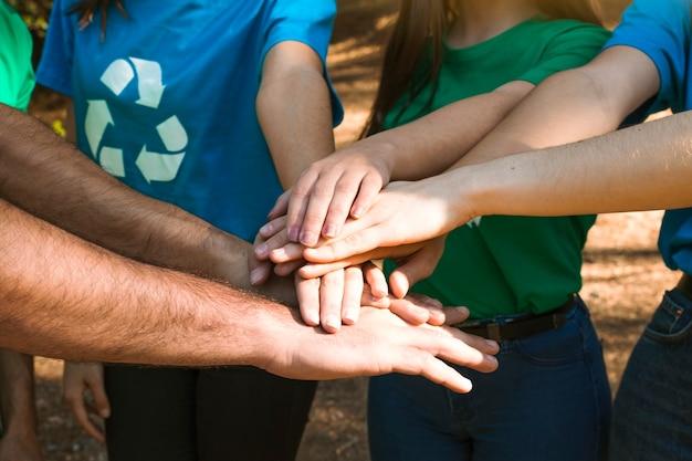 Mãos de ativistas juntos no edifício da equipe