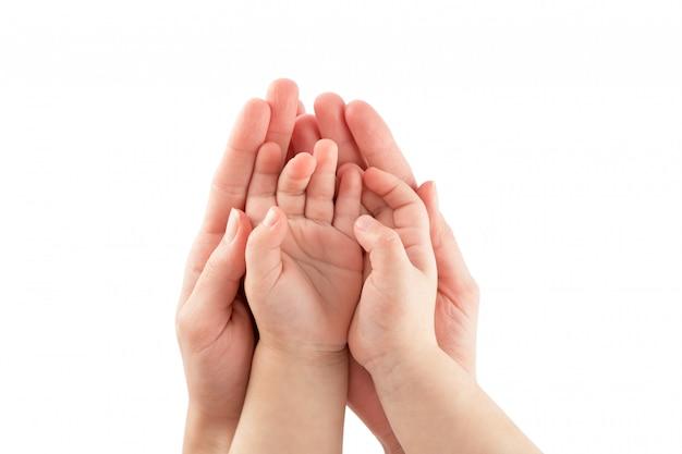 Mãos de bebê e mães isoladas no branco