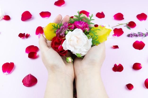 Mãos de beleza com flores maquiagem