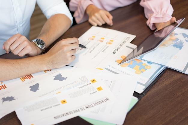 Mãos, de, businesspeople, discutir, marketing, relatórios, e, apresentação, ligado, tabuleta