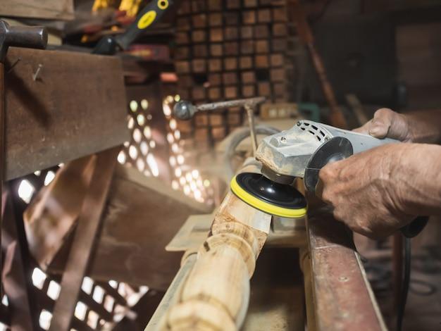 Mãos, de, carpinteiro, torneado, madeira, ligado, torno