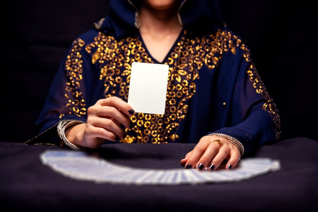 Mãos de cartomante e cartas de tarô