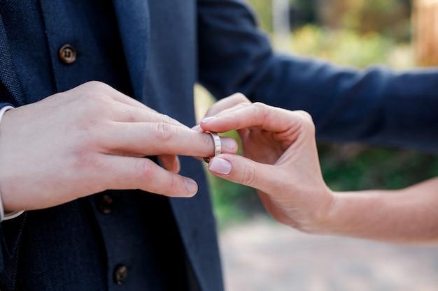 Mãos de casamento com anéis