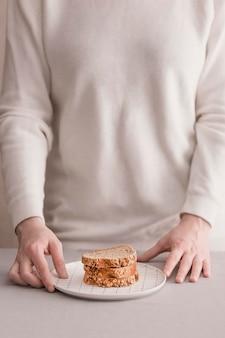 Mãos de close-up com fatias de pão