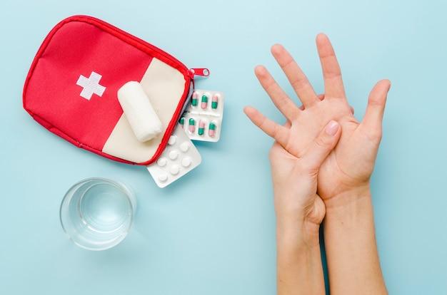 Mãos de close-up com medicação