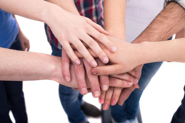 Mãos de close-up de um grupo de pessoas.